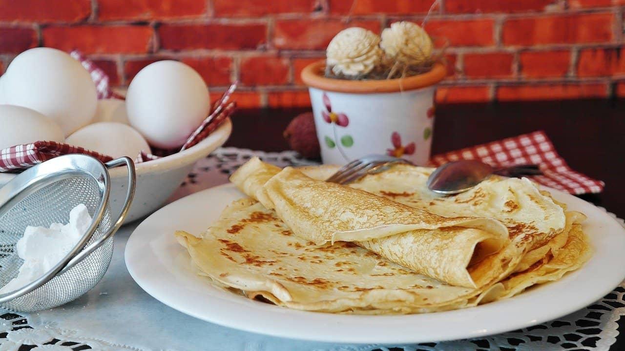 Recette de la pâte à crêpes facile et présentation sur table